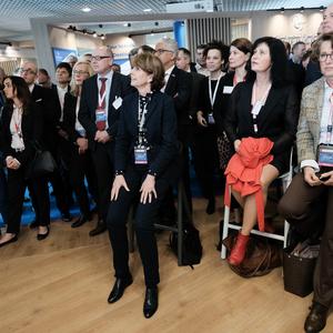 Auch Kölns Oberbürgermeisterin Henriette Reker (Bildmitte) gehörte bei dem Vortrag von OB Geisel zu den Gästen am Gemeinschaftsstand der Landeshauptstadt Düsseldorf & Partner,(c)Landeshauptstadt Düsseldorf/Michael Gstettenbauer
